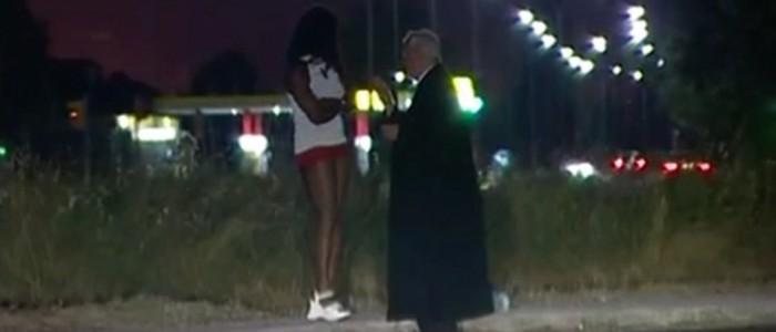 Don Oreste Benzi incontra una prostituta sulle strade del sesso.