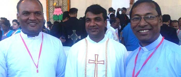 Al centro: padre Ripon, ordinato sacerdote da Papa Francesco in Bangladesh