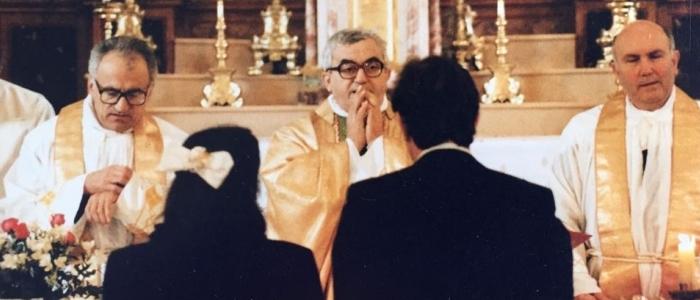 Don Oreste Benzi (al centro) con don Girolamo Flamigni (a destra), celebrano un matrimonio