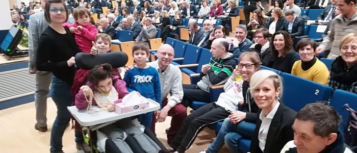 Federica Pellegrini con la casa famiglia della Comunità Papa Giovanni XXII che vive a Terrossa di Roncà (VR) durante la premiazione del 7 febbraio 2018 presso la Camera di Commercio di Verona.