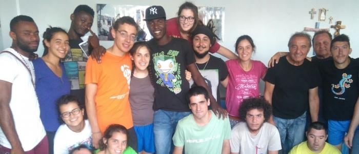 Giovani con immigrati accolti nei campi di volontariato della Comunità Papa Giovanni XXIII