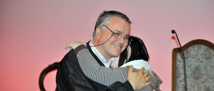 Paolo Ramonda abbraccia una ragazza disabile, foto di Caterina Balocco