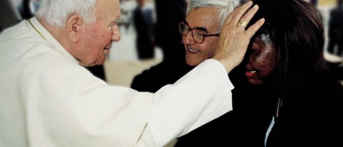Don Oreste Benzi con Papa Giovanni Paolo II e Anna, ex prostituta