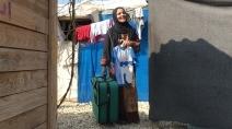 Profughi siriani: donna con la valigia in partenza per l'Italia grazie ai corridoi umanitari