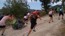 Giovani spingono la carrozzina di un disabile