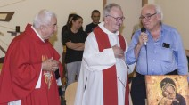 Vittorio Tadei con Don Oreste Benzi e Don Elio Piccari scattata in occasione del 59° anniversario della ordinazione sacerdotale di don Oreste.