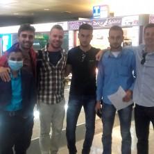 <p>Volontari di Operazione Colomba in aereoporto a Genova con Musaab</p>