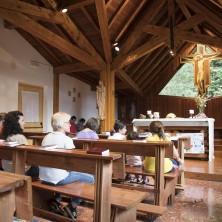 <p>Pane Quotidiano&nbsp;non manca mai a Canazei, nella cappellina voluta da Don Oreste Benzi nell&#39;albergo Madonna delle Vette. Qui &egrave; nata la Comunit&agrave; Papa Giovanni XXIII.</p>