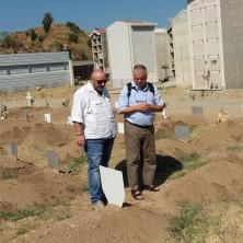 <p>Giovanni Paolo Ramonda e Giovanni Fortugno visitano il cimitero di Reggio Calabria che ospita i profughi morti per l&#39;affondamento dei barconi della speranza nel Mare Mediterraneo.</p>