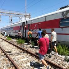 <p>Volontari incontrano i profughi che vivono in stazione a Reggio Calabria</p>