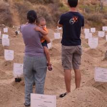 <p>Sbarchi: Volontari nel cimitero dei bambini migranti e delle loro madri a Reggio Calabria</p>