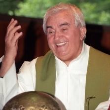 <p>Il sacerdote riminese Don Oreste Benzi nella celebre fotografia di Riccardo Ghinelli</p>