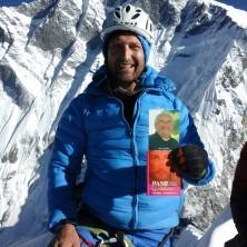 <p>Un saluto dal Nepal,il messalino di Don Benzi sulla Cima dell'Island Peak a 6189metri. Nevio è papà di casa famiglia: «Ho portato qui Don Oreste, ma lui di sicuro si trova ancora più in alto».</p>  <p></p>