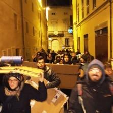 <p>Muniti di cartoni e coperte, alcuni volontari hanno voluto provare a dormire in strada per una notte</p>