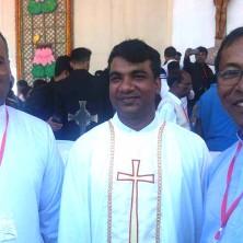 <p>Al centro: padre Ripon, ordinato sacerdote da Papa Francesco in Bangladesh</p>