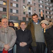 <p>Un gruppo di giovani insieme Giovanni Ramonda e all'arcivescovo Delpini, pronti ad andare per le strade di Milano ad incontrare gli homeless</p>