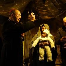 <p>Il Vescovo di Chieti Bruno Forte nel presepio con Maria e il bambino immigrati</p>