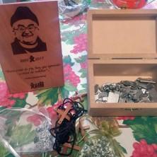 <p>Medagliette che verranno benedette da Papa Francesco e distribuite ai membri della Papa Giovanni XXIII</p>