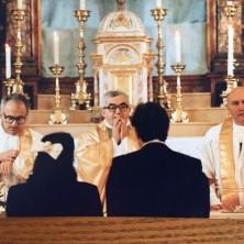 <p>Don Oreste Benzi (al centro) con don Girolamo Flamigni (a destra), celebrano un matrimonio</p>