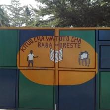 """<p>Il cancello del Centro Diurno per bambini """"Kituo cha Baba Oreste"""", a Bunju, Tanzania</p>"""