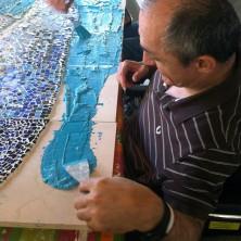 <p>I ragazzi del Centro Diurno &quot;Don Oreste Benzi&quot; al lavoro per un mosaico</p>