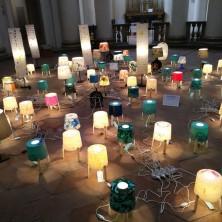 """<p>Grande mosaico di lampade e paralumi, esposto alla mostra:ognuno di noi ha una luce che deve accendere perché il """"noi"""" si esprime con la partecipazione di tutti e la luce di ognuno</p>"""