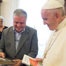 <p>Papa Francesco con il messalino di Pane Quotidiano: regalato da Giovanni Ramonda, il presidente della Comunit&agrave; Papa Giovanni XXIII</p>  <p>&nbsp;</p>  <p>&nbsp;</p>