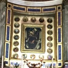 <p>Dipinto della Madonna al&nbsp;Santuario della Beata Vergine del Rosario a Pompei. Foto di Nicoletta Pasqualini</p>