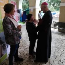 <p>Prima della santa messa, Marina va incontro al Vescovo e dice: &laquo;Noi&nbsp;due possiamo&nbsp;cambiare il mondo!&raquo;</p>