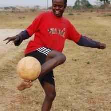 <p>Nel progetto Cicetelelo, per i ragazzi di strada in Zambia, lo sport è uno strumento efficace di inclusione e integrazione. Foto di Gianluca Colagrossi</p>