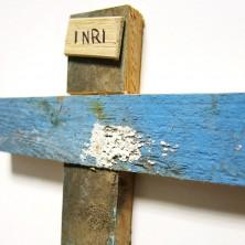 <p>Crocifisso realizzato con il legno dei barconi utilizzati dai migranti persone per attraversare il Mediterraneo</p>