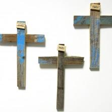 <p>Crocifisso realizzato con il legno dei barconi utilizzati dai migranti per attraversare il Mediterraneo e scappare da guerra e povert&agrave;.</p>