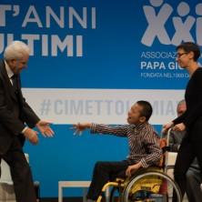 <p>Francesco, uno dei protagonisti&nbsp;del film <em>Solo cose belle&nbsp;</em>sale sul palco per salutare il presidente Mattarella</p>