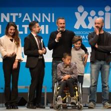 <p>I protagonisti del film <em>Solo cose belle&nbsp;</em>salgono sul palco per salutare i 7mila spettatori al palacongressi di Rimini</p>