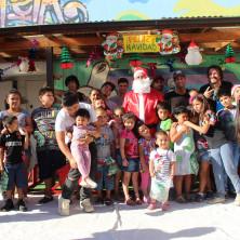 <p>Babbo Natale nel quartiere povero La Pintana, alla periferia di Santiago, in Cile</p>