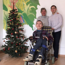 <p>Alberta De Clara, missionaria in Russia, con due ragazzi della casa famiglia</p>