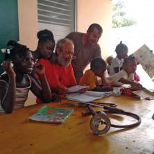 <p>Con i bambini di Haiti</p>