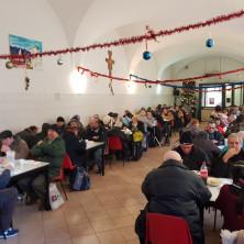 <p>Mensa di Torino durante il pranzo in occasione dell&#39;Epifania</p>