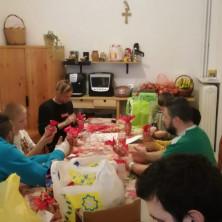 <p>Preparazione da parte dell&#39;Unit&agrave; di Strada di Atene dei regali di Natale per le persone della senza dimora.</p>