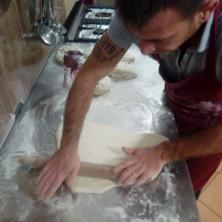 <p>Volontari e senza dimora in cucina per preparare il pranzo di Natale</p>