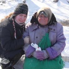 <p>Mirella dell&#39;uscita di strada in Russia in compagnia di una donna senza dimora</p>