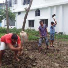 <p>Fattoria del Villaggio Don Oreste – Chalna, Bangladesh<br /> Coltivazione dell'orto e di alberi da frutto, allevamento di pesci per l'autosostentamento, capre per la pet therapy.<br /> </p>