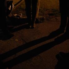 <p> Giovani volontari incontrano una prostituta.foto di Marco Tassinari</p>