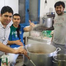 <p>Richiedenti asilo in cucina per la cena multietnica</p>