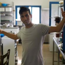 <p><strong>Hakeem</strong>accolto in famiglia, è in cucina per la cena insieme.</p>
