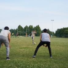 <p>Sul campo da calcio si gioca tutti insieme.</p>